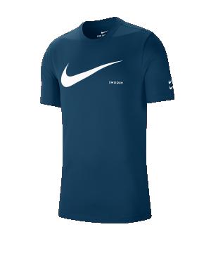 nike-swoosh-t-shirt-blau-f499-ck2252-lifestyle.png